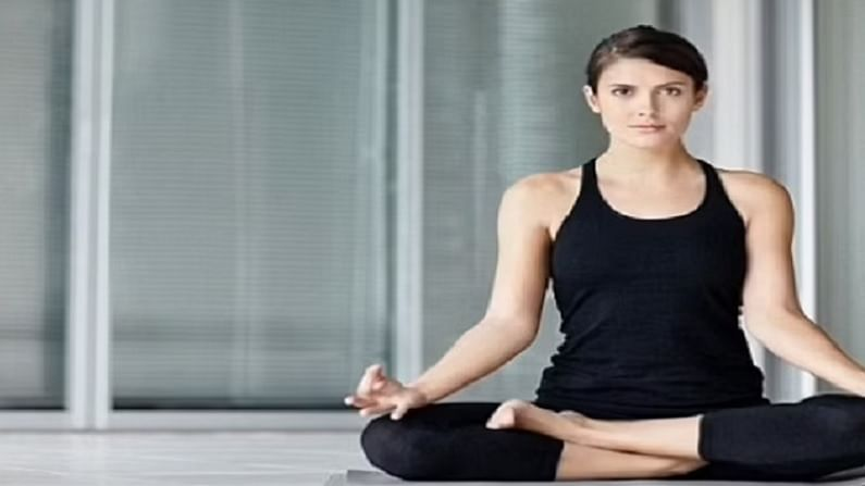 पद्मासन ही योग मुद्रा मन शांत करते आणि तणाव दूर करते. हे शारीरिक आणि मानसिक स्थिती संतुलित करण्याचे काम करते. हे त्वचेच्या वृद्धत्वाचे परिणाम कमी करण्यास देखील मदत करते.