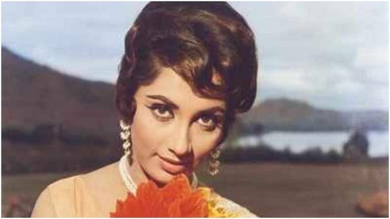 साधना यांच्या व्यावसायिक जीवनाबद्दल बोलायचं झालं तर त्यांनी वयाच्या 15 व्या वर्षी अभिनय विश्वात काम करण्यास सुरुवात केली. साधना यांनी श्री 420 या चित्रपटातून पदार्पण केलं, पण त्यांना त्यांची लोकप्रियता लव्ह इन शिमला या चित्रपटातून मिळाली. साधना यांनी या चित्रपटातून मुख्य अभिनेत्री म्हणून काम केलं.