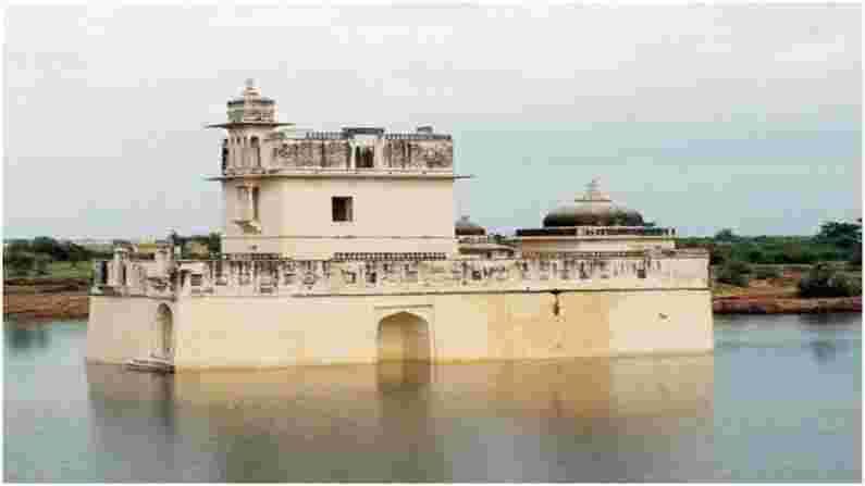 पद्मिनी पॅलेस - पद्मिनी पॅलेस हे असे ठिकाण आहे जिथे प्रसिद्ध राणी पद्मिनी मेवाड राज्याचे शासक राजा रावल रतन सिंह यांच्यासोबत लग्नानंतर राहत होती. दिल्लीचा सुलतान अलाउद्दीन खिलजीने चित्तौडगडवर हल्ला केला तेव्हा राणी पद्मिनीने केलेल्या बलिदानामुळे हा राजवाडा अतिशय सुंदर आहे आणि त्याला खूप इतिहास जोडलेला आहे.