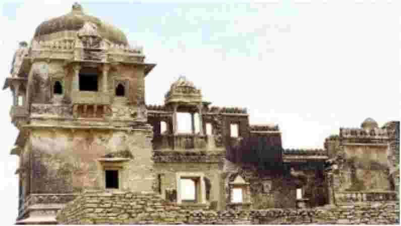 राणा कुंभा पॅलेस - राणा कुंभा पॅलेस सर्वात जुन्या राजवाड्यांपैकी एक आहे. असे मानले जाते की राणी पद्मिनीने या वाड्यातच जौहर केले होते.