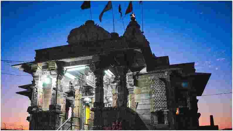 काली माता मंदिर - हे मंदिर क्षत्रिय राजपूत, देवी कालिकाच्या मोरी पंवार राजवंशाच्या कुलदेवींना समर्पित आहे. हे मंदिर सुरवातीला सूर्यदेवाला समर्पित होते, तथापि, नंतर मां कालीची मूर्ती ठेवण्यात आली आणि तेव्हापासून हे मंदिर काली माता मंदिर म्हणून ओळखले जाऊ लागले.