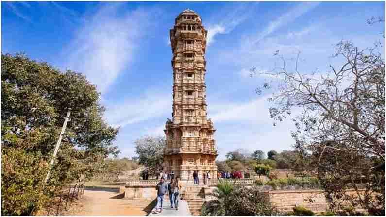 विजय स्तंभ - विजय स्तंभ हे विजय मीनार म्हणूनही ओळखले जाते. मेवाड किंग राणा कुंभाने 1440-1448 दरम्यान महमूद खिलजीच्या नेतृत्वाखाली मालवा आणि गुजरातच्या सैन्यावर विजय मिळवण्याचे स्मारक म्हणून बांधले होते. कोरीवकाम आणि डिझाईन सोबतच थडग्याची रचना सर्वात आकर्षक आहे.