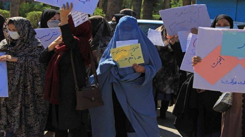 इराणच्या सीमेजवळील हेरात हे अफगाणिस्तानातील इतर पुराणमतवादी केंद्रांमध्ये अपवाद ठरलं आहे. येथे काही स्त्रिया आधीपासूनच बुरखा परिधान करत आल्या आहेत. तालिबाननं म्हटलं आहे की त्याचे सरकार सर्वसमावेशक असेल, मात्र नवीन सरकारमध्ये महिलांच्या सहभागाबद्दल लोकांना शंका आहे.