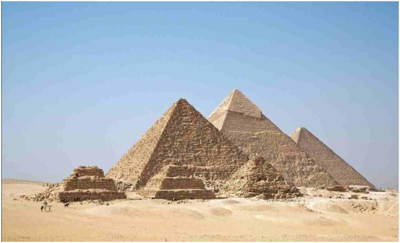 गीजाचं पिरॅमिड: हे ठिकाण अद्भुत कलाकृती आणि विशाल आकारामुळे आजही वैज्ञानिकांसाठी रहस्य बनलंय. या पिरॅमिडमध्ये अशी अनेक गुपितं आहेत ज्याविषयी शास्त्रज्ञांनाही माहिती नाही.