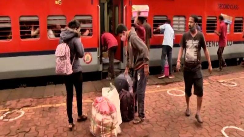 रत्नागिरीच्या रेल्वे स्टेशनवर सकाळी येणाऱ्या सर्वच ट्रेन सध्या चाकरमान्यांनी भरुन असलेल्या पहायला मिळत आहेत.