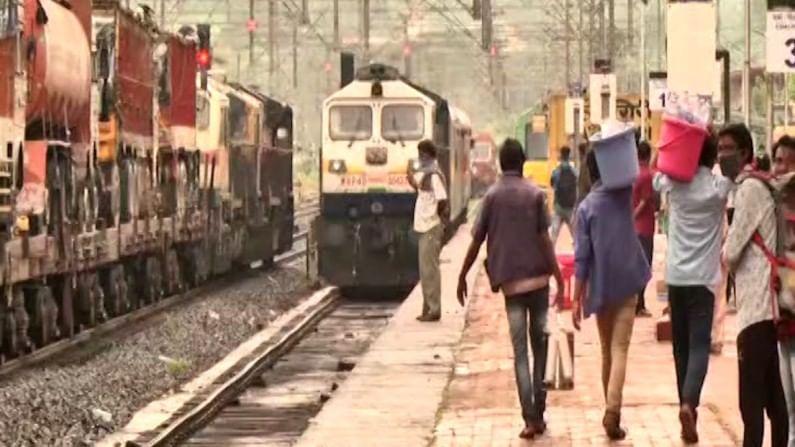 सध्या फेस्टिव्हल ट्रेनच्या माध्यमातून मुंबईतून चाकरमानी कोकणात दाखल होवू लागले आहेत. गणेशोत्सवासाठी लागणाऱ्या सामानासकट चाकरमानी रत्नागिरीत दाखल झाले आहेत.