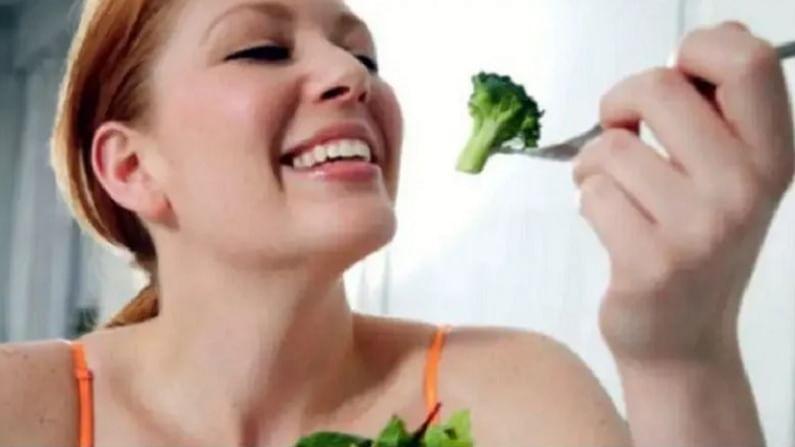 वजन कमी करण्यात आहार महत्वाची भूमिका बजावतो. जेव्हा आपण काही खातो तेव्हा त्याचे पोषक आणि  कॅलरीजवर लक्ष द्या. वजन कमी करण्यासाठी, आपल्यापैकी बहुतेकांना माहित आहे की काय खावे आणि कोणत्या गोष्टी टाळाव्यात. वजन कमी करण्यासाठी आहारामध्ये नेमके काय घेतले पाहिजे. हे आज आम्ही तुम्हाला सांगणार आहोत.