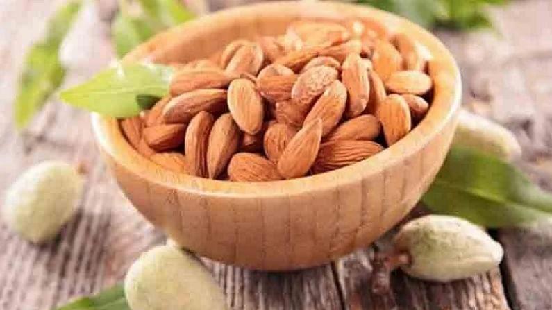 बदाम - बदामामध्ये निरोगी चरबी असते, जी आपल्या आहारात समाविष्ट केली पाहिजे. विशेषतः जर तुम्हाला वजन कमी करायचे असेल. बदामामध्ये जास्त कॅलरी असली तरी, अन्नाच्या प्रमाणावर विशेष लक्ष द्या. बदामामध्ये प्रथिने आणि फायबर भरपूर असतात. जे आपले पोट दीर्घकाळ भरून ठेवण्यास मदत करते.