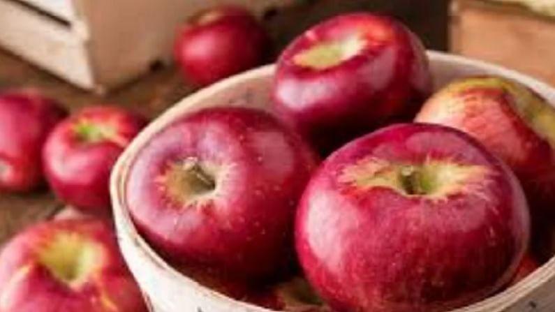 सफरचंद - जेव्हा जेव्हा वजन कमी करण्याचा प्रश्न येतो. तेव्हा आपण आपल्या खाण्याकडे विशेष लक्ष देतो. जरी तुम्ही हे म्हणणे ऐकले असेल की दररोज सफरचंद खाल्ल्याने तुम्ही आजारांपासून दूर राहता. सफरचंदात कॅलरीजचे प्रमाण खूप कमी असते. वजन कमी करण्यासाठी हे खूप महत्वाचे आहे. हे तुमची पचनसंस्था निरोगी ठेवते आणि दीर्घकाळापर्यंत भूक कमी करते.