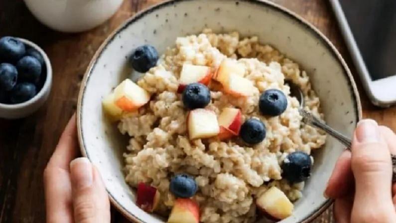 ओट्स - जेव्हा आपण निरोगी आणि चवदार नाश्त्याचा विचार करतो. तेव्हा पहिली गोष्ट जी मनात येते ती म्हणजे ओट्स. हे आपल्या आरोग्यासाठी फायदेशीर आहे. त्यात असलेले फायबर उच्च कॅलरीयुक्त अन्नाची लालसा कमी करण्यास मदत करते.