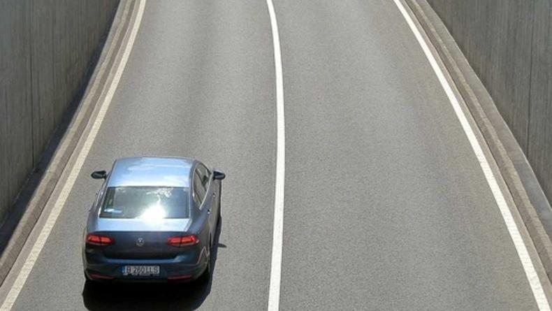 रस्त्यावर जर सलग पांढरी रेष दिसत असेल तर त्या भागात असताना गाडीची लेन चेंज करु नये. एका लेनमधून गाडी चालवत राहावे.