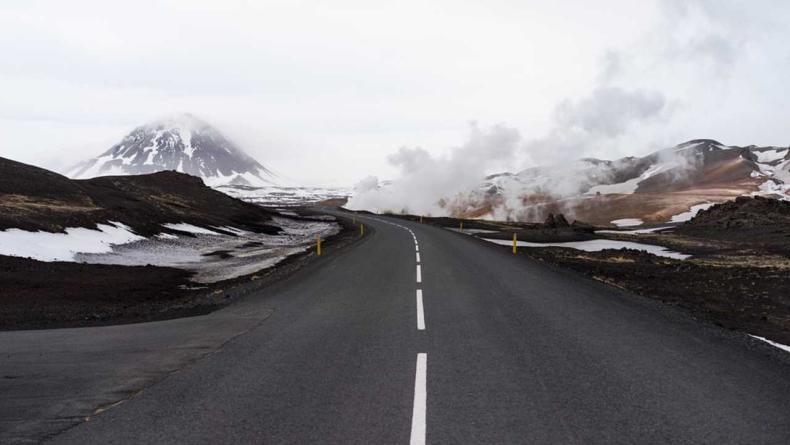 रस्त्यावरील सफेद रेषा तुटक असेल तर तुम्ही योग्य ती काळजी घेऊन लेन चेंज करु शकता.