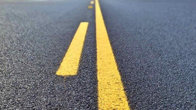 रस्त्याच्या मधोमध एका बाजूला एक सलग पिवळी रेषा आणि त्याच्या बाजूला तुटक पिवळी रेषा असेल तर, रेष तुटक असणाऱ्या भागातील लोक ओव्हरटेक करु शकतात. मात्र, दुसऱ्या बाजून येणारी वाहने ओव्हरटेक करु शकत नाहीत.