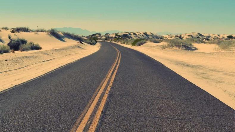 रस्त्यावरील दोन ठळक पिवळ्या रेषा म्हणजे तुम्ही गाडी एका लेनमधून दुसऱ्या लेनमध्ये टाकू शकत नाही.