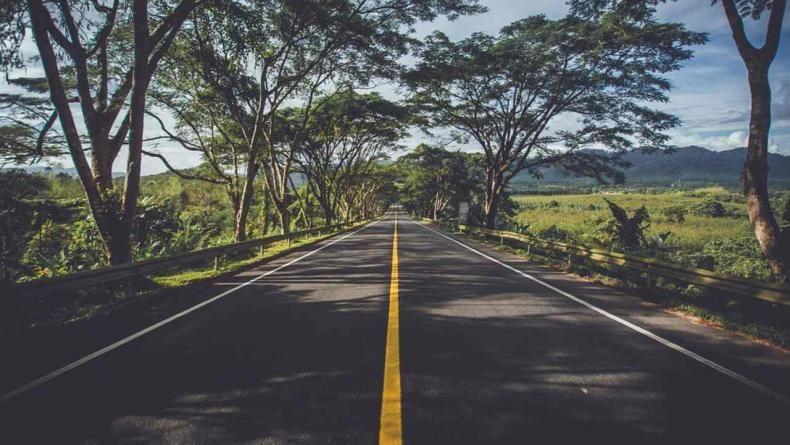 रस्त्यावर ठळक पिवळ्या रंगातील रेषा असेल तर तुम्ही दुसऱ्या वाहनाला ओव्हरटेक करू शकता. मात्र, ओव्हरेटक करताना पिवळ्या रेषेच्या आतमध्येच राहिले पाहिजे.