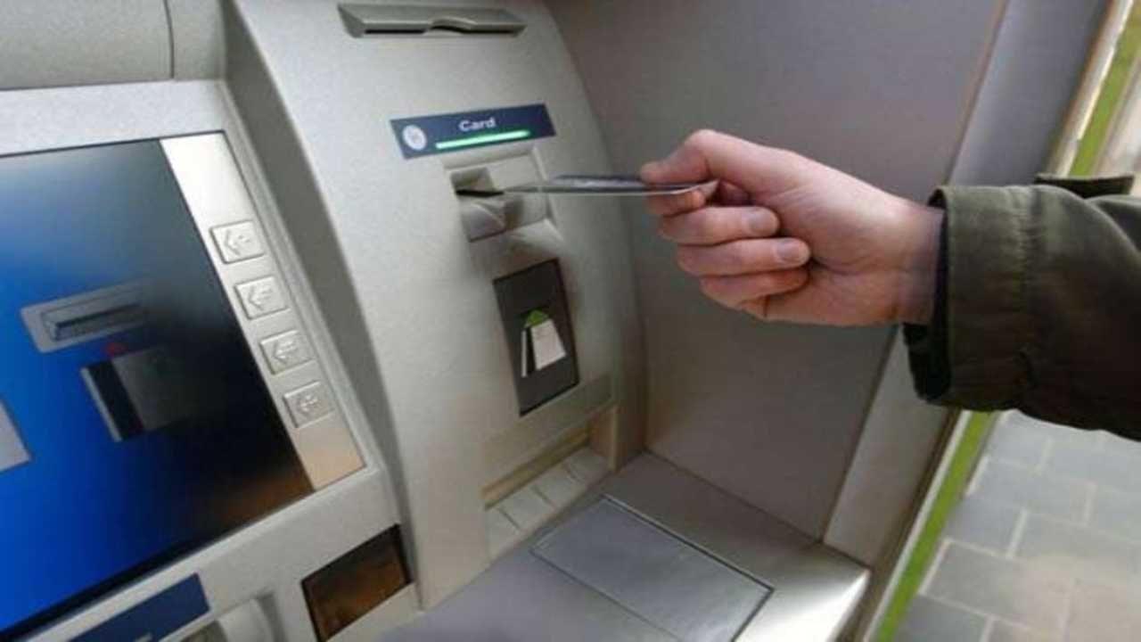 सध्या बँकेची कोणतीही सुविधा वापरायची ठरली की त्याचं बँकेला शुल्क द्यावं लागतंय. हे शुल्कही दिवसेंदिवस वाढत चालल्याने सर्वसामान्य बँक ग्राहकांवर याचा चांगलाच बोजा पडत आहे. सर्वसामान्यपणे आता बँकांनी 3 पेक्षा अधिकचे एटीएम व्यवहार केल्यास त्यावर शुल्क लावले जाते. ही मर्यादा मोठ्या शहरांसाठी (मेट्रो सिटी) 5 व्यवहारापर्यंत आहे आणि त्यानंतर शुल्कआकारणी होते. मात्र, एक अशीही बँक आहे जी आपल्या ग्राहकांना अमर्याद मोफत एटीएम व्यवहाराची सूट देतेये (ATM Unlimited Transaction).