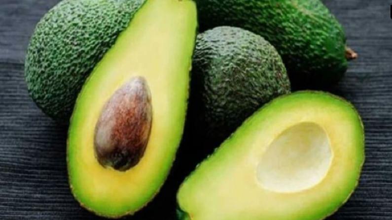एवोकॅडोमध्ये व्हिटॅमिन ई सोबत इतर अनेक पौष्टिक पदार्थ असतात. मोनोअनसॅच्युरेटेड फॅटी अॅसिडमध्ये समृद्ध असल्याने, हे हृदयासाठी खूप चांगले अन्न मानले जाते. त्याचा रोजचा वापर चांगला कोलेस्टेरॉल वाढवतो आणि खराब कोलेस्टेरॉल कमी करतो.