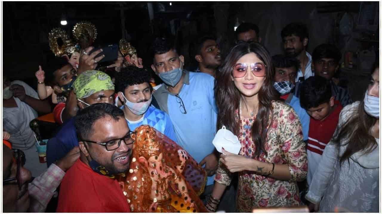 शिल्पा शेट्टी (Shilpa Shetty) दरवर्षी मोठ्या उत्साहात गणेशोत्सव साजरा करते. दरवर्षी ती पती राज कुंद्रासोबत (Raj Kundra) बाप्पाला घरी आणते, पण यावेळी ती एकटीच बाप्पाला घेऊन आली.