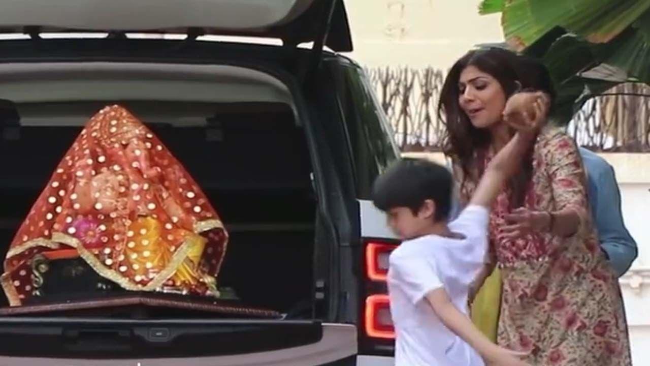 शिल्पा यंदाच्या वर्षी राज कुंद्राशिवाय केवळ मुलं आणि कुटुंबासह ही गणेश चतुर्थी साजरी करणार आहे. यावेळी पती सोबत नसल्याने शिल्पाच्या लेकाने अर्थात वियान कुंद्राने नारळ वाढवून बाप्पाचं स्वागत केलं.