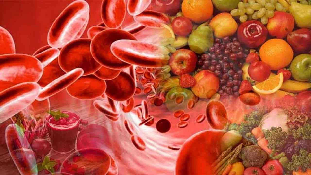 निरोगी आहार शरीरातील हिमोग्लोबिनची पातळी वाढवण्यास मदत करू शकतो. हिमोग्लोबिनची पातळी वाढवण्यासाठी लोहयुक्त पदार्थ, व्हिटामिन सी आणि प्रथिने यांचा आपल्या आहारात समावेश करा.