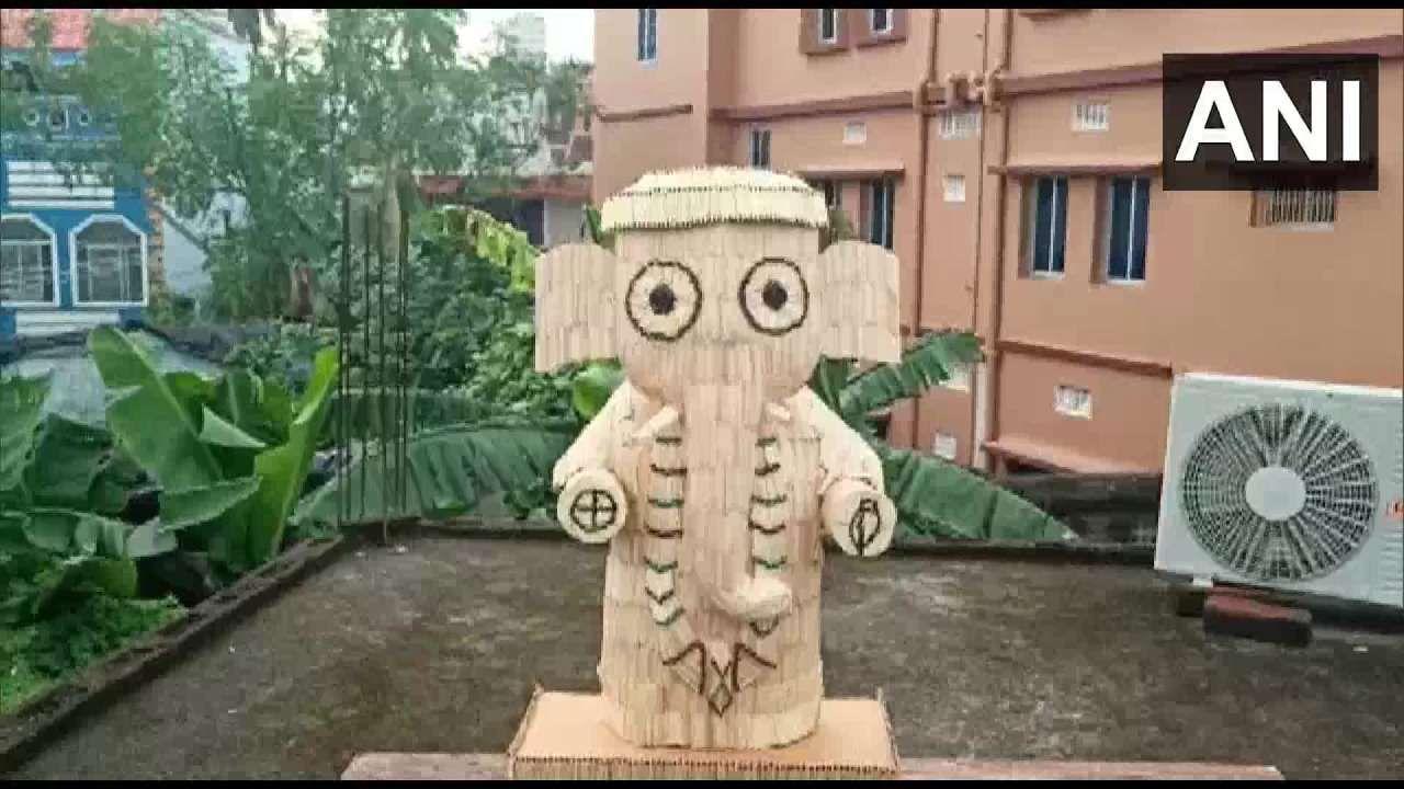 तर ओदिशा येथील पुरी येथे राहणाऱ्या सास्वत साहू या कलाकाराने काडीपेटीतल्या काड्यांपासून गणेशाची मनमोहक मूर्ती साकारली आहे.