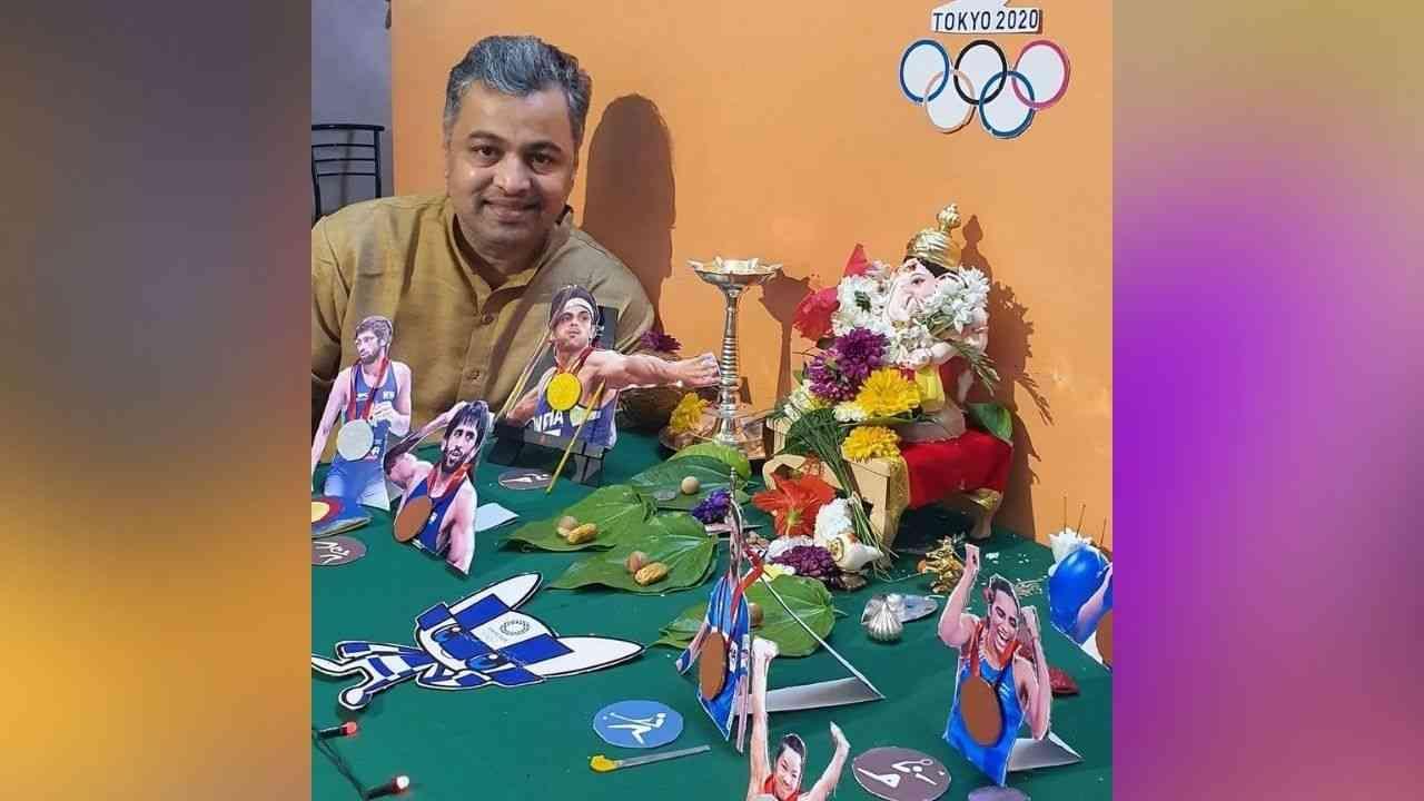 """'गणपती बाप्पा मोरया! बाप्पाच आगमन म्हणजेच आनंद आणि समाधान. या वर्षीचा आमचा देखावा 'टोकियो ऑलिम्पिक 2020"""" भारतासाठी पदक मिळवलेल्या सर्व खेळाडूंचा सन्मान आणि त्यांचं खूप कौतुक👏👏👏' असं कॅप्शन देत अभिनेते सुबोध भावे यांनी घरच्या बाप्पासोबत फोटो शेअर केला आहे."""