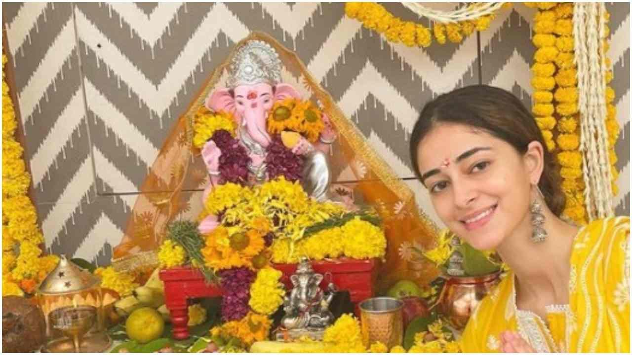 अनन्या पांडेनं तिच्या घरी गणपती बाप्पाचं स्वागत केलं.