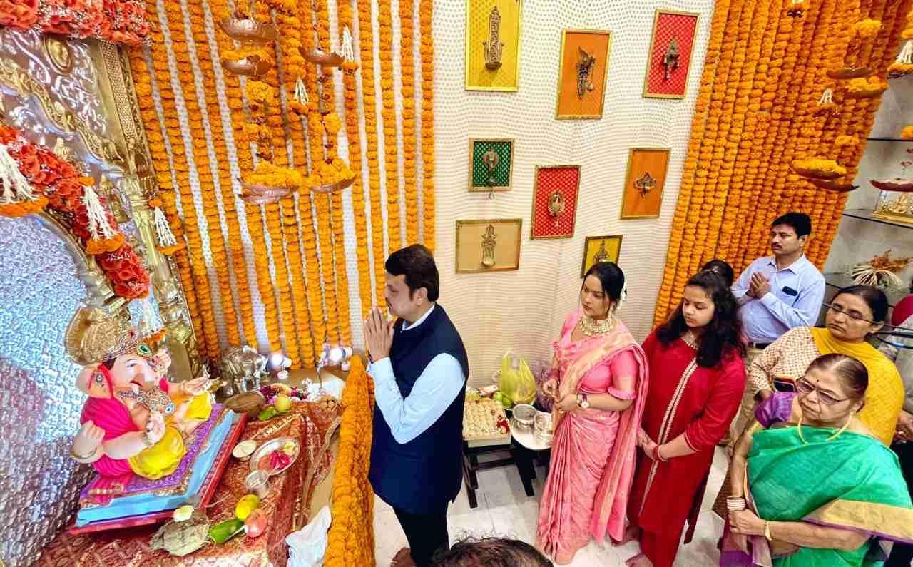 मंदिरांच्या मुद्द्यावरुनही फडणवीसांनी भाष्य केलं. मंदिरं सुरु करण्याचं आमची मागणी केवळ यासाठी आहे की, आम्ही हिंदू आहोत, आमचे 33 कोटी देव आहेत. सगळीकडे, जिथे आम्ही मानू तिथे देव आहे. पण त्यासोबत या मंदिरांवर अवलंबून असलेले लाखो लोक आहेत, असं फडणवीस म्हणाले.