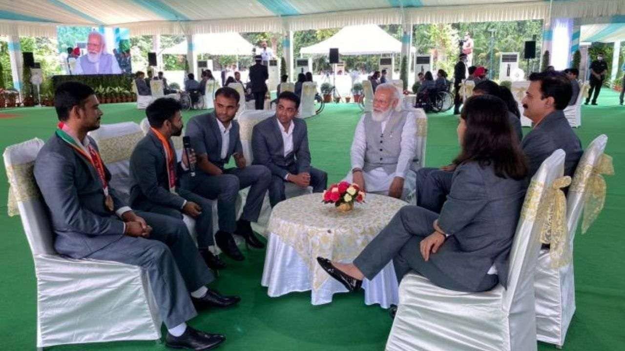 सुहाससोबतच मोदीजींनी बॅडमिंटनपटू कृष्णा नगारसह युवा पलक कोहलीशीही बराच वेळ बातचीत केली. भारताने यावेळी बॅडमिंटनमध्ये चार पदकं मिळवली.