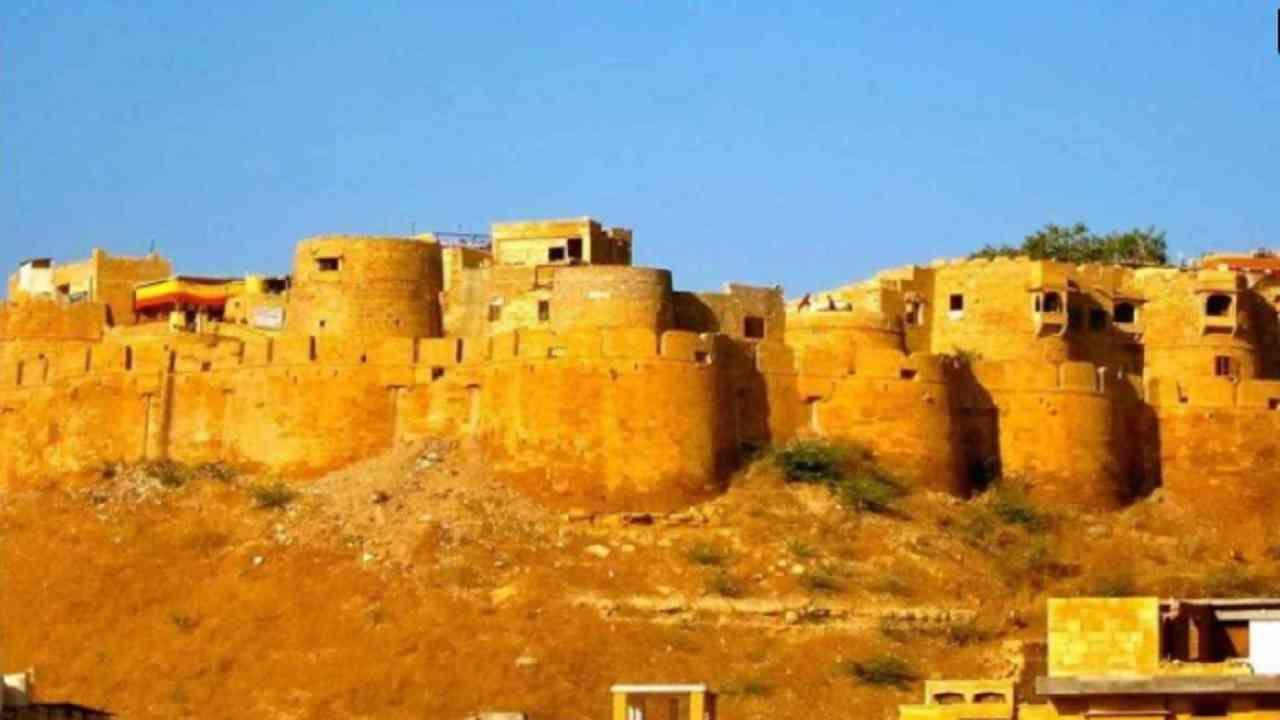 जैसलमेर किल्ला, जैसलमेर - हा भारतातील सर्वात मोठ्या किल्ल्यांपैकी एक आहे. शहरापासून 76 मीटर उंचीवर आणि जैसलमेरच्या मध्यभागी असलेला हा किल्ला राजा रावल जैसल यांनी 1156 मध्ये बांधला होता.
