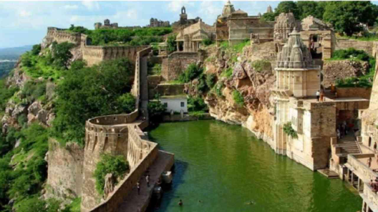 चित्तौड़गढ किल्ला - चित्तौड़गढचे गौरवशाली शहर त्याच्या समृद्ध संस्कृती आणि वारशासाठी ओळखले जाते. 180 मीटर उंच टेकडीवर बांधलेला चित्तौड़गढ किल्ला 700 एकर क्षेत्रात पसरलेला आहे. या किल्ल्यामध्ये अनेक ऐतिहासिक स्तंभ, स्मारके आणि मंदिरे बांधलेली आहेत.