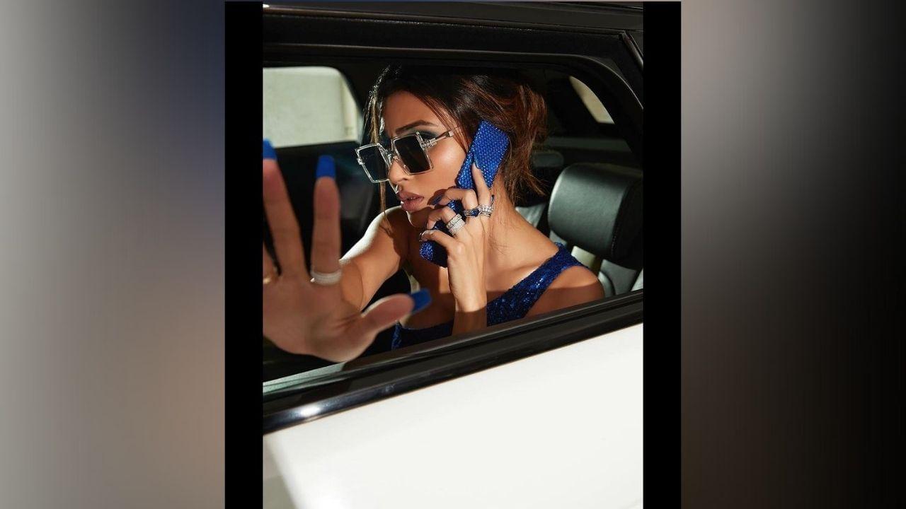 अभिनेत्री मौनी रॉयच्या नव्या फोटोशूटचे फोटो सोशल मीडियावर धुमाकूळ घालत आहेत. निळ्या रंगाच्या ड्रेसमध्ये तिने तिचा ग्लॅमरस लूक दाखवला आहे.