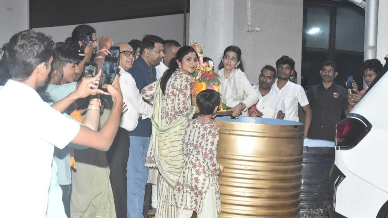शिल्पा शेट्टीने गणपती बाप्पासोबत अनेक फोटो क्लिक केले.