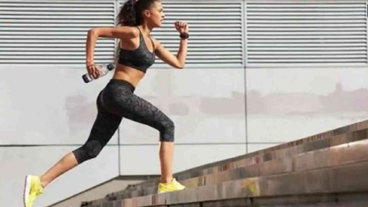 जिना चढणे हा एक चांगला व्यायाम आहे. सूर्यनमस्कार करण्यापूर्वी तुम्ही 4 ते 5 मिनिटे तुम्ही पायऱ्या चाला.