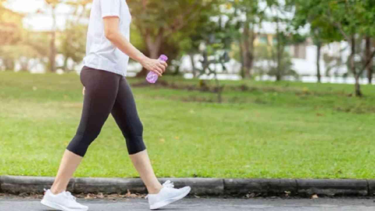 सूर्यनमस्कार करण्यापूर्वी चालणे आरोग्यासाठी फायदेशीर आहे. खूप हळू चालू नका. चालल्यानंतर हृदयाची गती वाढली पाहिजे.