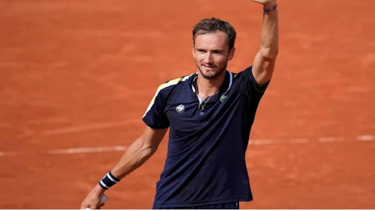रशियाचा स्टार टेनिसपटू डॅनिल मेदवेदेवने (daniil medvedev) अमेरिकन ओपनच्या अंतिम सामन्यात जगातील नंबर एकचा टेनिसपटू नोव्हाक जोकोव्हिच (Novak Djokovic) याला  6-4, 6-4, 6- 4 च्या फरकाने सरळ तीन सेट्ममध्ये मात दिली. या विजयासह त्याने आयुष्यातील पहिले ग्रँडस्लॅम मिळवलं आहे.
