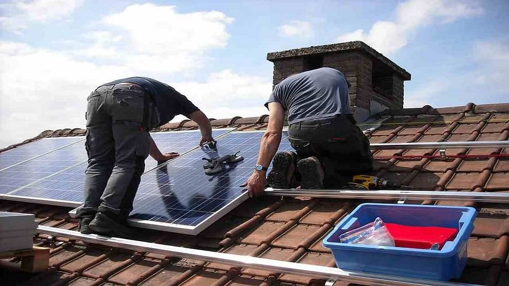 Solar Panel Rooftop Cost: तुमच्या घराचे वीज बिल किती येतं? 800-1000 रुपये किंवा 1500-2000 रुपये किंवा त्याहून अधिक येत असेल. त्यामुळे दरवर्षी 15 ते 20 हजारांचा खर्च वीजेवर केला जातो. या खर्चापासून मुक्ती हवी आहे का? होय, असं करता येऊ शकतं. घराच्या छतावर जर सोलर पॅनेल बसवले तर वीजबिलाच्या खर्चापासून सुट्टी मिळू शकते. विशेष म्हणजे तुम्ही स्वतःच्या खर्चाने आणि सरकारच्या मदतीने सोलर पॅनेल घराच्या छतावर लवू शकता.