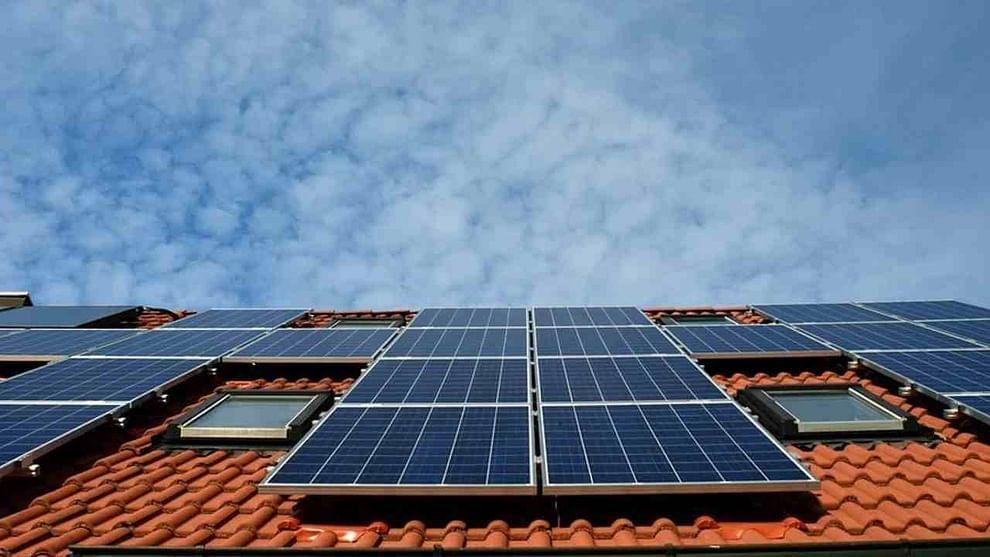 वास्तविक, केंद्र सरकारला 2022 पर्यंत देशातील हरित ऊर्जेचे उत्पादन 175 GW पर्यंत नेण्याची इच्छा आहे. अशा परिस्थितीत सरकार तुम्हाला सोलर पॅनेल बसवण्यासाठी मदत करत आहे. तुम्ही सौर पॅनेल कुठेही बसवू शकता, फक्त पुरेसा सूर्यप्रकाश तेथे आला पाहिजे. आपल्या घराचे छप्पर यासाठी योग्य ठिकाण आहे. तुम्ही सौर पॅनेल लावून वीजनिर्मिती करू शकता आणि तुमच्या गरजेपेक्षा जास्त वीजनिर्मिती होत असल्यास तुम्ही ती वीज सरकारला विकू शकता.