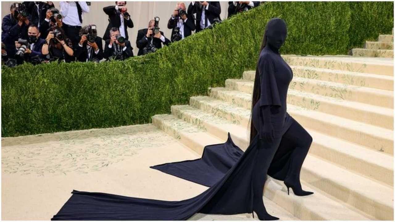 किम कार्दशियनने मेट गाला 2021 मध्ये तिच्या अनोख्या ड्रेसनं सर्वांना आश्चर्यचकित केलंय. तिनं यावेळी काळ्या रंगाचा पोशाख परिधान केला होता ज्यात तिचा चेहरासुद्धा पूर्णपणे झाकलेला होता.