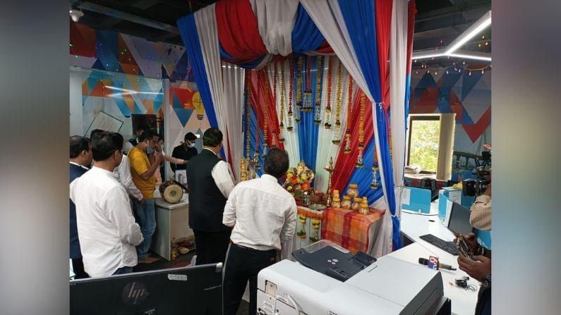 गणरायाची पूजा केल्यानंतर देवेंद्र फडणवीस यांनी महाराष्ट्रातील तमाम जनतेला तसंच टीव्ही 9 मराठीच्या दर्शकांना, गणेशोत्सवाच्या शुभेच्छा दिल्या.