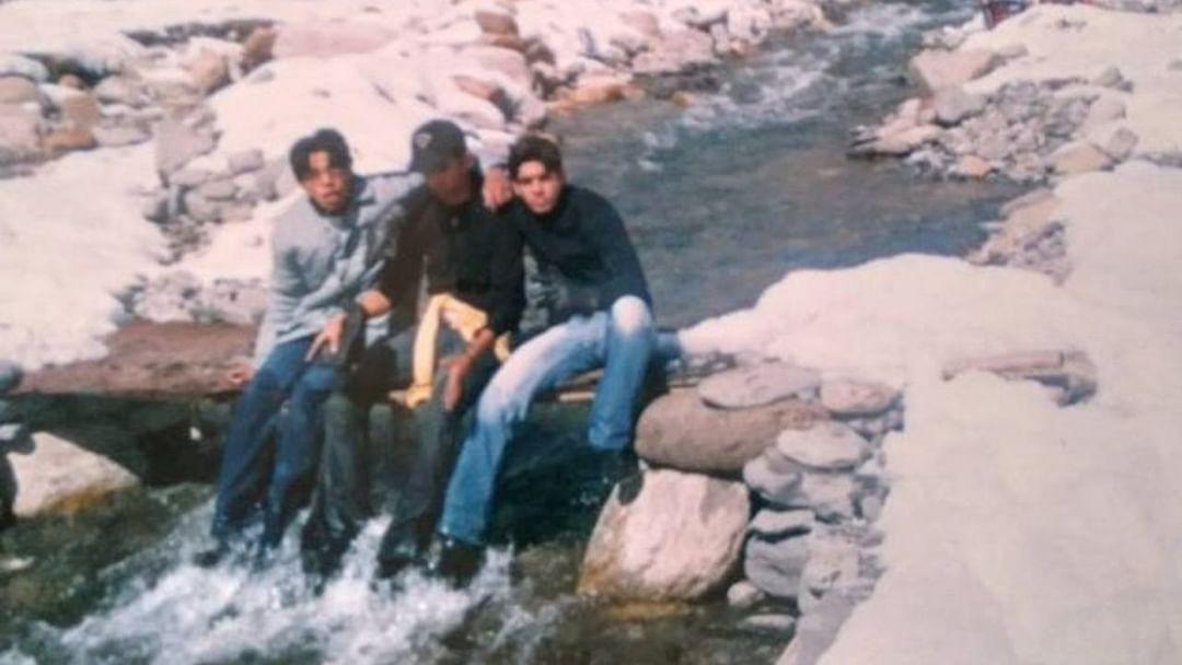 या फोटोंमध्ये सुशांत सिंह राजपूत आणि त्याचे मित्र पाण्यातील मासे पकडण्याचा प्रयत्न करत आहेत.