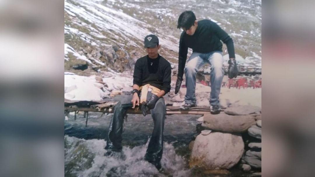 मित्रांबरोबरच सुशांतने डोंगराच्या शिखरांवर त्याचे फोटोही काढले होते.