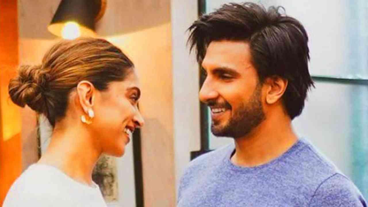 बॉलिवूड अभिनेत्री दीपिका पादुकोण (Deepika Padukone) आणि रणवीर सिंहची (Ranveer Singh) जोडी चाहत्यांमध्ये खूप पसंत केली जात आहे. रणवीर आणि दीपिका हे बॉलिवूडमधील सर्वोत्तम जोडप्यांपैकी एक मानले जातात. हे पती-पत्नी नेहमीच एकमेकांवर प्रेमाचा वर्षाव करताना दिसतात. रणवीर सिंह आणि दीपिका पदुकोण यांनी एकमेकांना बराच काळ डेट केल्यानंतर लग्न केलं.
