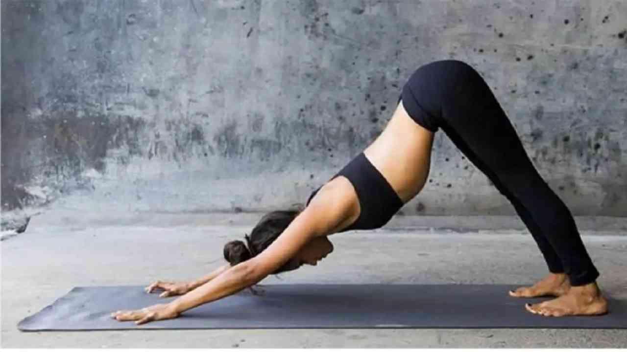 अधोमुखी श्वानासन- हे आसन करण्यासाठी, आपले तळवे खांद्याखाली आणि गुडघे नितंबांच्या खाली असावेत. गुडघे आणि कोपर सरळ करा आणि आपले शरीर उलटे 'व्ही' आकारात बनवा.