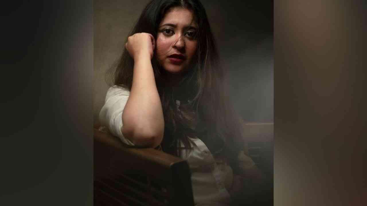 आता नव्या फोटोशूटचे काही फोटो तिनं तिच्या सोशल मीडिया अकाऊंटवर शेअर केले आहेत. या फोटोंमध्ये ती हटके अंदाजात दिसते आहे.