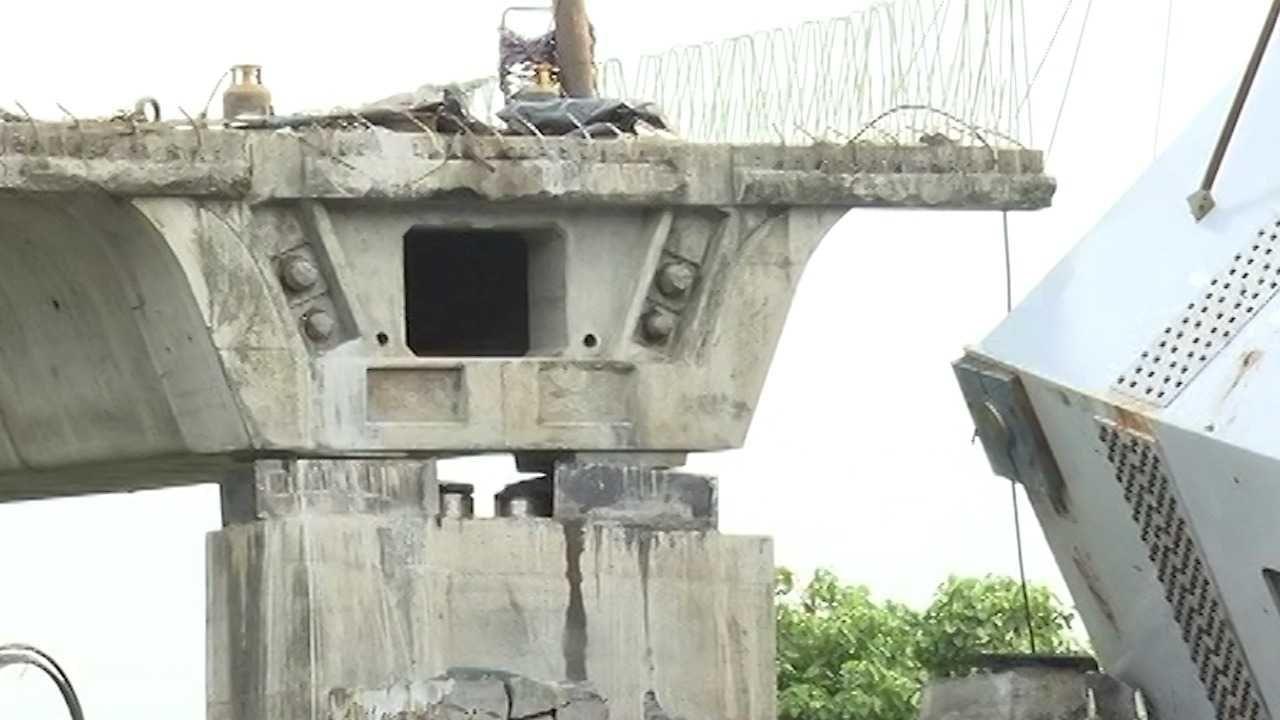 हा अपघात झाला तेव्हा पूलावर तब्बल 20 ते 25 मजूर काम करत होते. पूल पडायला सुरुवात झाल्यानंतर काही मजूरांना त्याचा अंदाज झाला. त्यामुळे या मजूरांनी पूलावरुन वेळीच पळ काढला.