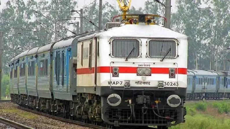 रेल्वे मंत्रालायनं रेल्वे कौशल्य विकास योजना सुरू केलीय. रेल्वेने जारी केलेल्या निवेदनात म्हटले आहे की, या योजनेअंतर्गत तरुणांना रेल्वे प्रशिक्षण संस्थांमध्ये उद्योगाशी संबंधित कौशल्यांचे प्रशिक्षण दिले जाईल. रेल्वे कौशल विकास योजना (RKVY) हा स्वावलंबी भारताच्या दिशेने एक उपक्रम आहे आणि आझादीच्या अमृत महोत्सवाच्या मालिकेचा एक भाग आहे. रेल्वे मंत्री अश्विनी वैष्णव म्हणतात की, प्रशिक्षण कार्यक्रम इलेक्ट्रिशियन, वेल्डर, मशिनिस्ट आणि फिटर या चार विषयांमध्ये आयोजित केले जातील आणि देशभरातील निवडक सहभागींना 75 रेल्वे प्रशिक्षण संस्थांमध्ये 100 तासांचे प्रशिक्षण दिले जाईल.  इच्छुक उमेदवारांकडून या संस्थांकडून वेळोवेळी अर्ज मागवले जातील आणि सहभागींची निवड मॅट्रिकमध्ये मिळालेल्या गुणांप्रमाणे पारदर्शक प्रणालीच्या आधारे केली जाईल. अशा प्रशिक्षणाच्या आधारे सहभागीला रेल्वेमध्ये नोकरी मिळण्याचा कोणताही दावा असणार नाही.