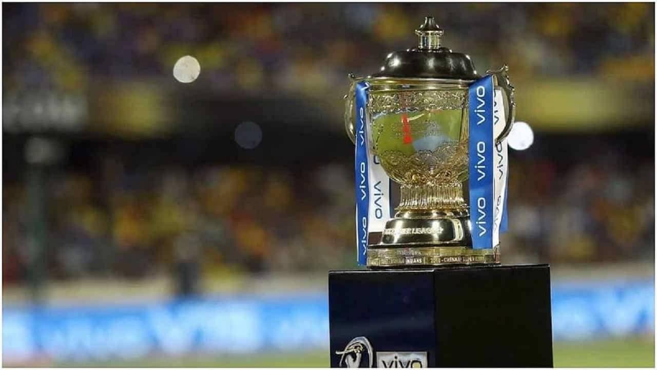 कोरोनाच्या संकटामुळे मधूनच रद्द करण्यात आलेली आयपीएल (IPL 2021) पुन्हा सुरु होणार आहे.  उर्वरीत 31 सामने युएईत 19 सप्टेंबरपासून खेळवले जाणार आहेत. आयपीएलमधील पाच वेळा विजेता संघ  मुंबई इंडियन्स आणि चेन्नई सुपर किंग्ज यांच्यात स्पर्धेच्या दुसऱ्या टप्प्यातील पहिला सामना खेळवला जाईल.  तर स्पर्धेतील पहिला क्वालिफायर सामना 10 ऑक्टोबरला तर एलिमिनेटर 11 ऑक्टोबरला खेळवला जाईल.  दुसरा क्वालिफायर सामना 13 ऑक्टोबर रोजी खेळवला जाईल.  आयपीएल 2021 चा अंतिम सामना 15 ऑक्टोबरला खेळवला जाईल. तर या क्रिकेटच्या महासंग्रामाआधी या  स्पर्धेत आतापर्यंत आपण अनेक रेकॉर्ड्सबद्दल जाणून घेतलं. पण आता आपण जाणून घेणार आहोत. एका खराब रेकॉर्डबद्दल या स्पर्धेत सर्वाधिक धावा खाणारे गोलंदाज कोण? हे आम्ही तुम्हाला सांगणार आहोत.
