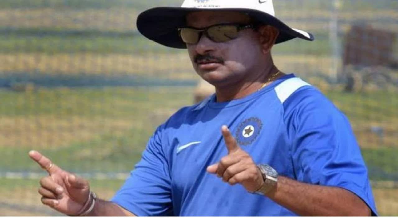 एक खेळाडू म्हणून दोन कसोटी सामने आणि चार वनडे सामने खेळलेले लालाचंद राजपूत (Lalachand Rajput) यांच नावही चर्चेत आहे. अत्यंत कमी सामने खेळले असले तरी त्यांना भारतीय संघाचा मॅनेजर म्हणून दांडगा अनुभव आहे. 2007 च्या टी20 वर्ल्ड कप वेळीही ते संघासोबत होते. तसेच मुंबई इंडियन्स आणि झिम्बाब्वे या संघाचे कोच म्हणूनही त्यांनी काम पाहिले आहे.