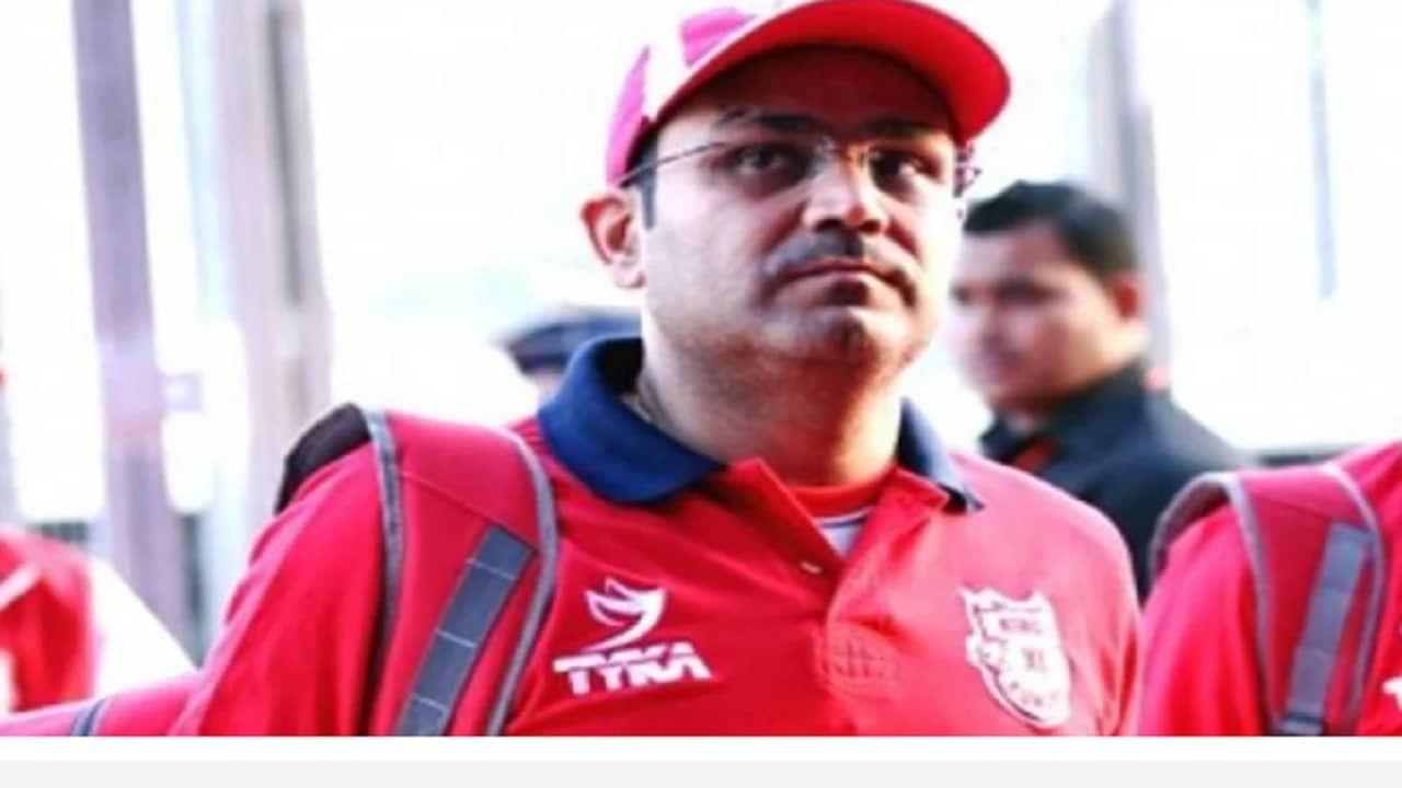 भारतीय संघाचा माजी स्फोटक सलामीवीर वीरेंद्र सेहवाग (Virendra Sehwag). सेहवागही या पदासाठी अर्ज करु शकतो. भारतीय क्रिकेट इतिहासातील तिन्ही फॉर्मेटमध्ये उत्तम फलंदाजी करणाऱ्या सेहवागने आयपीएलच्या पंजाब संघाचा मेन्टॉर म्हणूनही काम पाहिलं आहे.